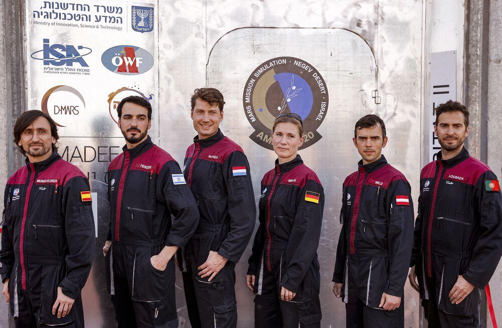 رواد الفضاء الستة في بعثة AMADEE-20 Mars من اليسار إلى اليمين: نائب القائد الإسباني إيسيجو موسوز إلورزا، وألون تنزر من إسرائيل، وتوماس فيجن من هولندا، وأنيكا ميليس من ألمانيا، وروبرت وايلد من النمسا، والقائد البرتغالي جوجو لوسادا، أثناء العمل في موقع يحاكي محطة فضاء في حفرة رمون في متسبي رمون في صحراء النقب جنوب إسرائيل، 10 أكتوبر 2021.