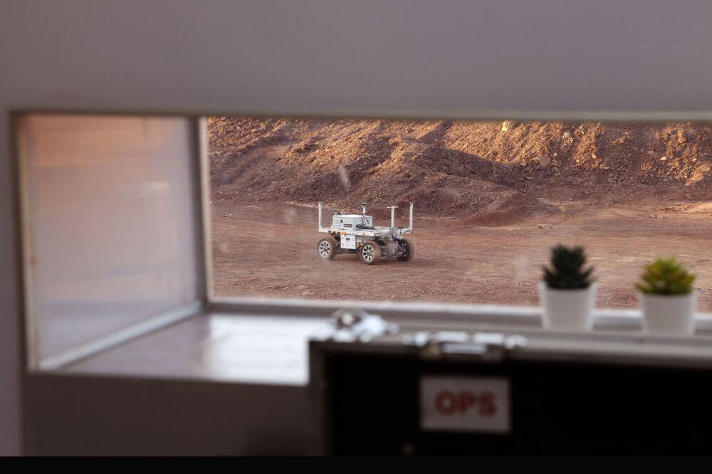 مركبة روبوتية، جزء من فريق البعثة الفضائية AMADEE-20 Mars، أثناء التدريب في موقع يحاكي محطة فضاء في حفرة رمون في متسبي رمون في صحراء النقب جنوب إسرائيل، 10 أكتوبر 2021.