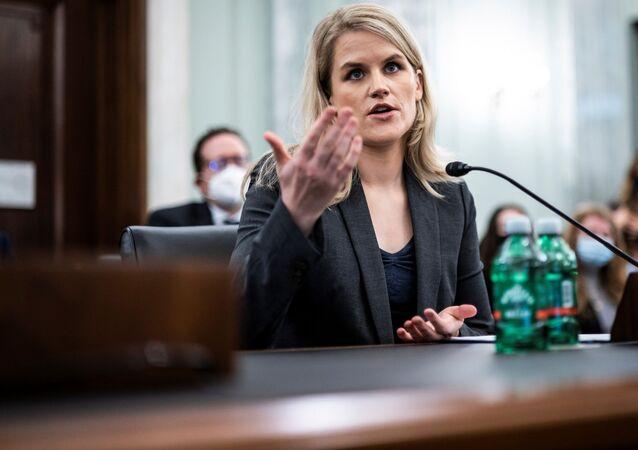 الموظفة السابقة في شركة فيسبوك الأمريكية، فرانسيس هوغين، خلال الإدلاء بشهادتها في الكونغرس الأمريكي، 5 أكتوبر/ تشرين الأول 2021