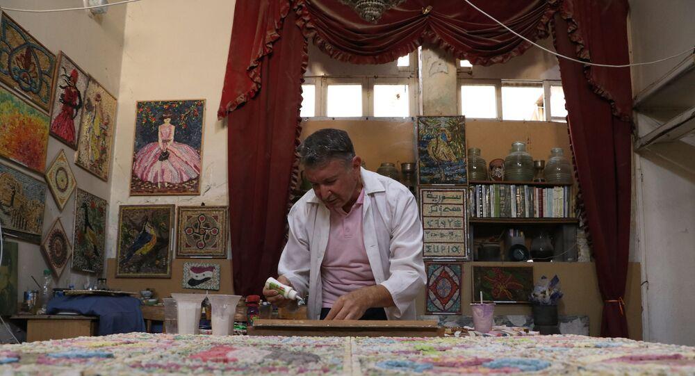 محمد خواتمي، طبيب سوري يروي حكاية بلاده بلوحات فسيفسائية