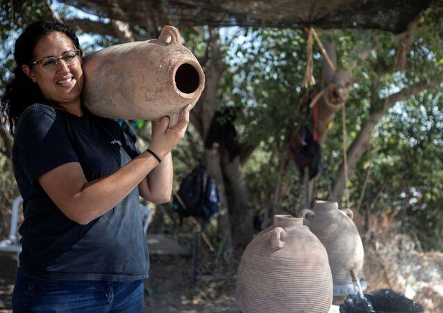ليات ناداف-زيف، إحدى المسؤولين عن عملية الاكتشاف الأثري لمجمع صناعة نبيذ قديم ضخم يعود تاريخه إلى حوالي 1500 عام في يفنه، جنوب تل أبيب، إسرائيل، 11 أكتوبر2021.