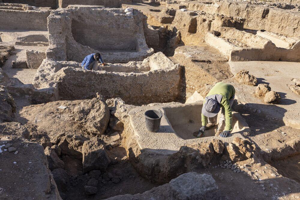اكتشاف مجمع صناعة نبيذ قديم ضخم يعود تاريخه إلى حوالي 1500 عام في يفنه، جنوب تل أبيب، إسرائيل، 11 أكتوبر2021.
