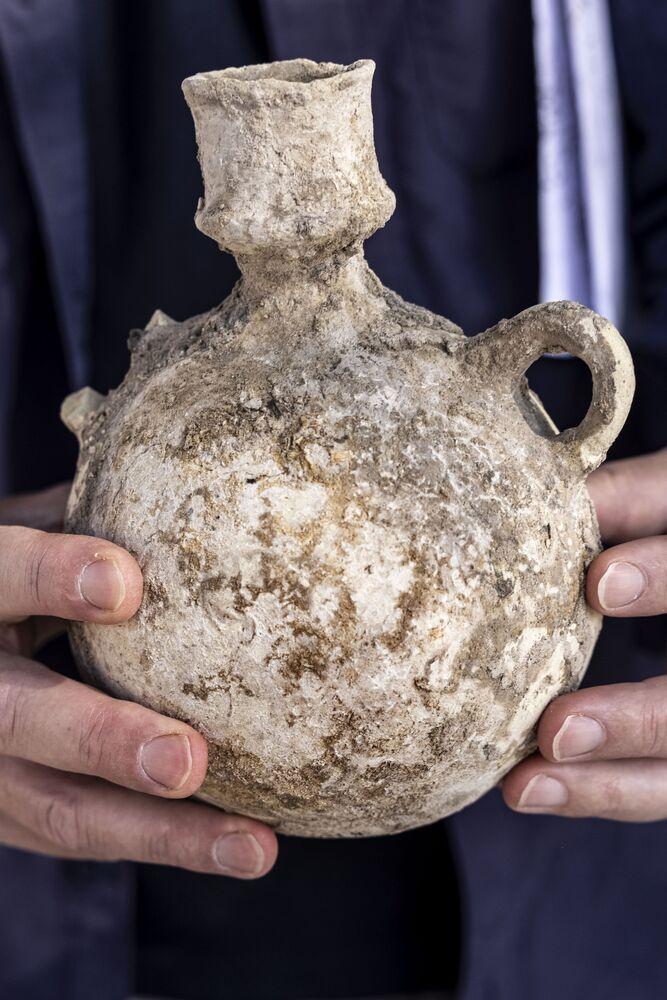 إناء أثري ضمن اكتشاف مجمع صناعة نبيذ قديم ضخم يعود تاريخه إلى حوالي 1500 عام في يفنه، جنوب تل أبيب، إسرائيل، 11 أكتوبر2021.
