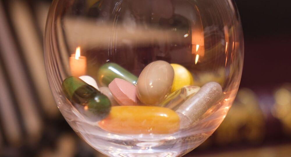 مكملات غذائية في كاس زجاجية