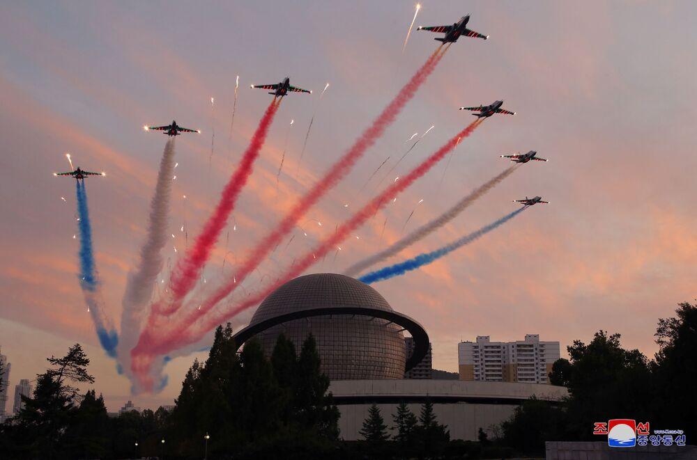 عرض فرقة الاستعراض العسكري الجوي خلال افتتاح معرض تطوير الدفاع، في بيونغ يانغ، كوريا الشمالية، 12 أكتوبر 2021