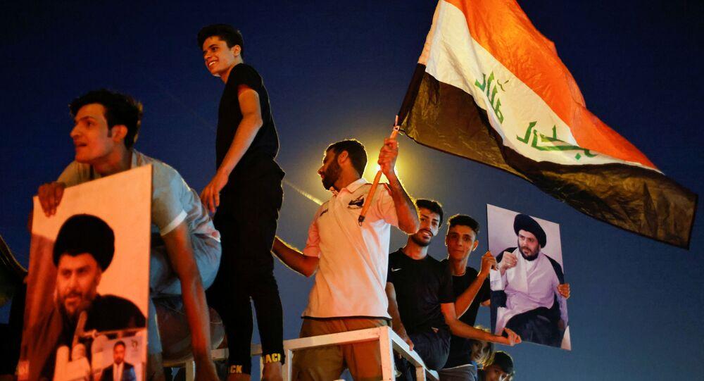 أنصار مقتدى الصدر العراقي يحتفلون بنتائج الانتخابات البرلمانية العراقية في النجف، العراق 11 أكتوبر 2021