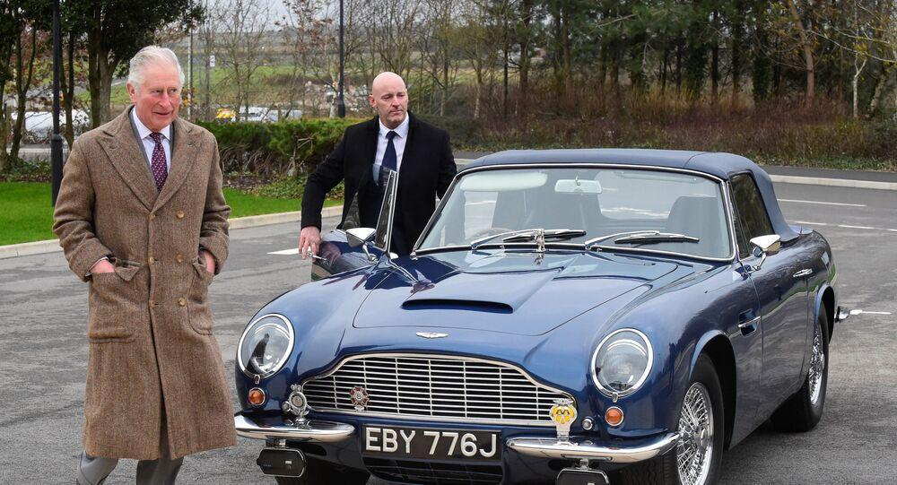 ولي العهد البريطاني، الأمير تشارلز يقف إلى جانب سيارته أستون مارتن
