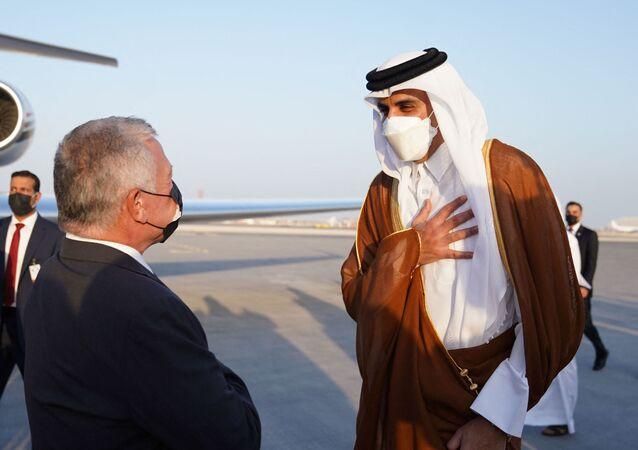 أمير قطر، الشيخ تميم بن حمد آل ثاني، خلال استقباله ملك الأردن، عبد الله الثاني، في مطار الدوحة الدولي، 12 أكتوبر/ تشرين الأول 2021