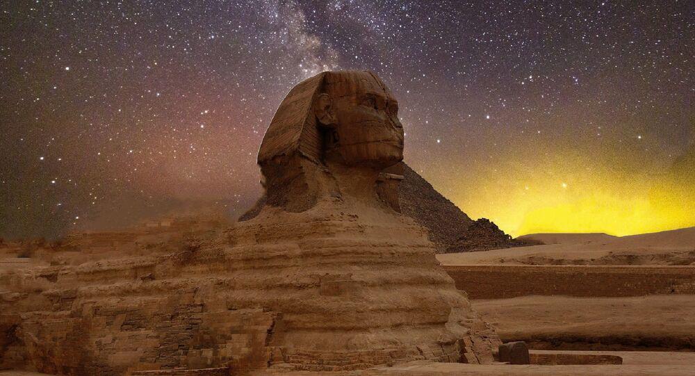ابو الهول في مصر يتوسط الأهرامات