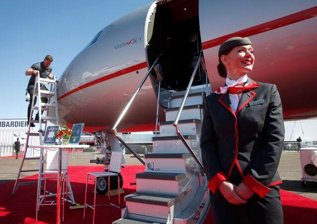 مضيفة الطيران، آنا أورزوليك، تقف أمام طائرة أعمال من طراز VistaJet Global 7500 في مطار هندرسون، خلال مؤتمر ومعرض طيران الأعمال NBAA في هندرسون، ولاية نيفادا، الولايات المتحدة ، 12 أكتوبر 2021.