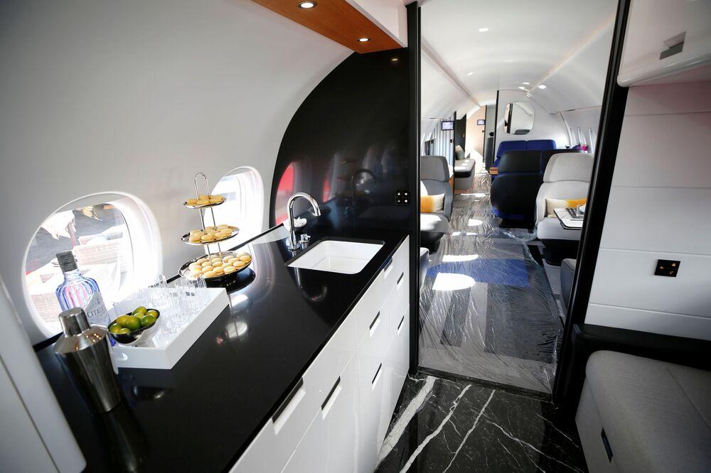 منظر داخل نموذج لطائرة رجال الأعمال من طراز Dassault Aviation Falcon 10X في مطار هندرسون خلال  مؤتمر ومعرض طيران الأعمال NBAA في هندرسون، ولاية نيفادا، الولايات المتحدة، 12 أكتوبر 2021.
