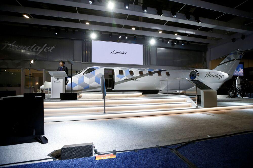 ميشيماسا فوجينو، الرئيس والمدير التنفيذي لشركة هوندا للطائرات، يكشف النقاب عن نموذج لطائرة HondaJet 2600، خلال مؤتمر ومعرض طيران الأعمال NBAA في هندرسون، ولاية نيفادا، الولايات المتحدة، 12 أكتوبر 2021.