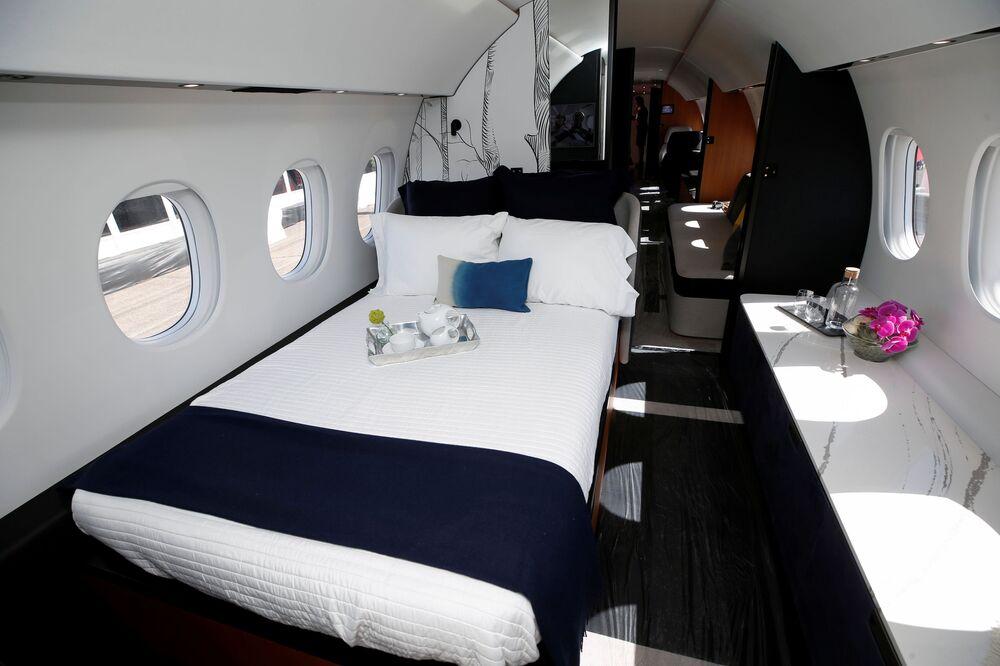 صورة داخل غرفة نوم لطائرة رجال الأعمال من طراز Dassault Aviation Falcon 10X  في مطار هندرسون خلال  مؤتمر ومعرض طيران الأعمال NBAA في هندرسون، ولاية نيفادا، الولايات المتحدة، 12 أكتوبر 2021.