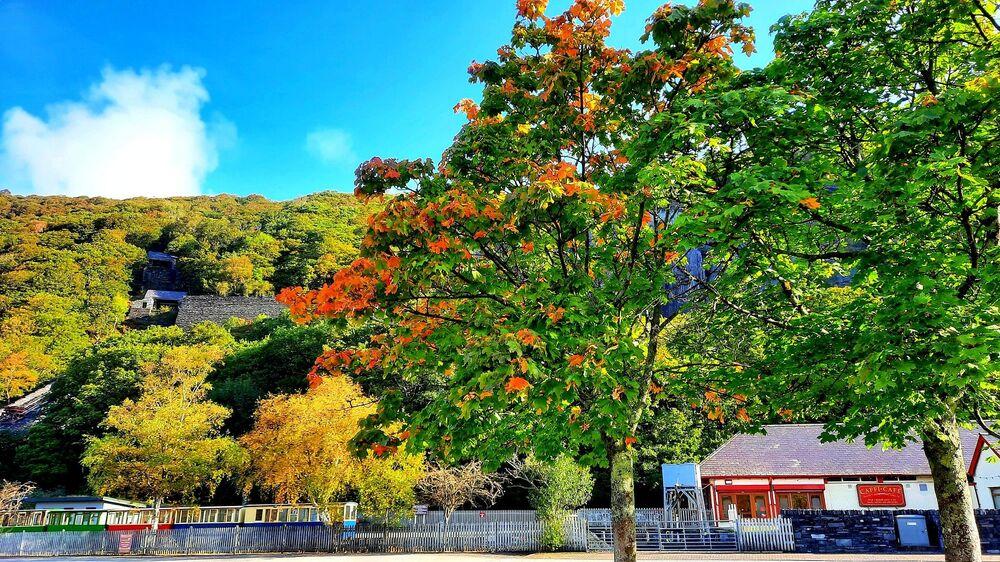الخريف في قرية لانبيريس في ويلز