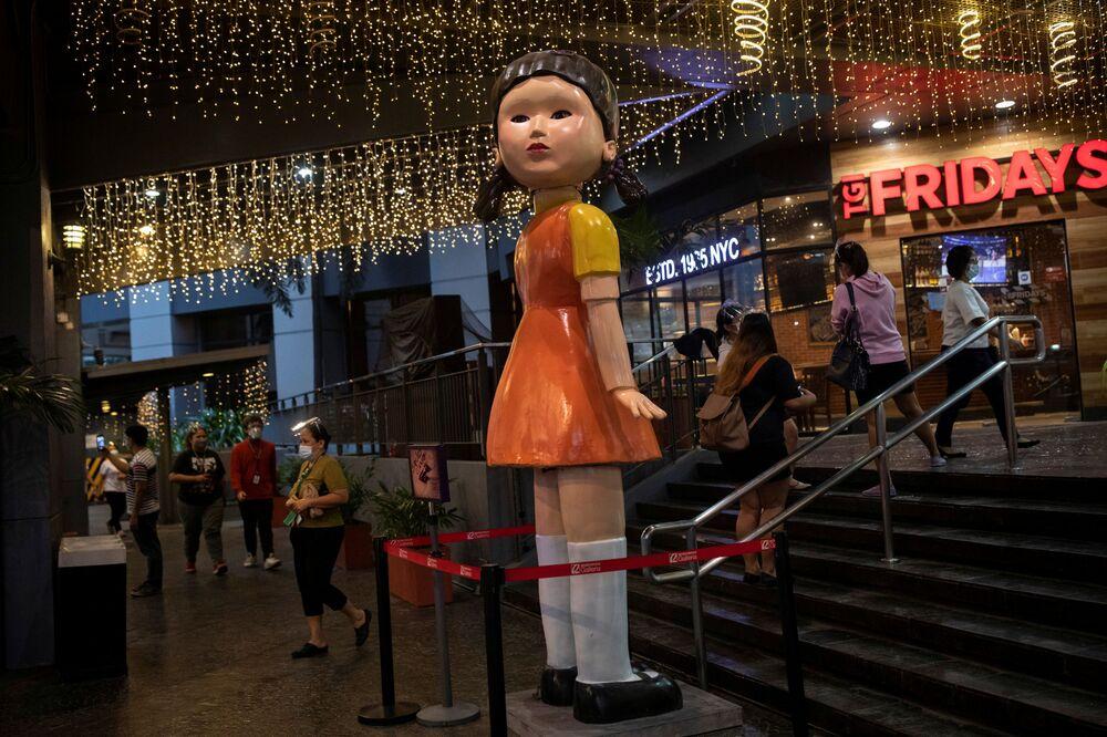 دمية بطول 3 أمتار من مسلسل لعبة الحبّار (Squid Game) المعروض على شبكة نتفليكس، خارج مركز تجاري في كويزون سيتي، الفلبين، 30 سبتمبر 2021.
