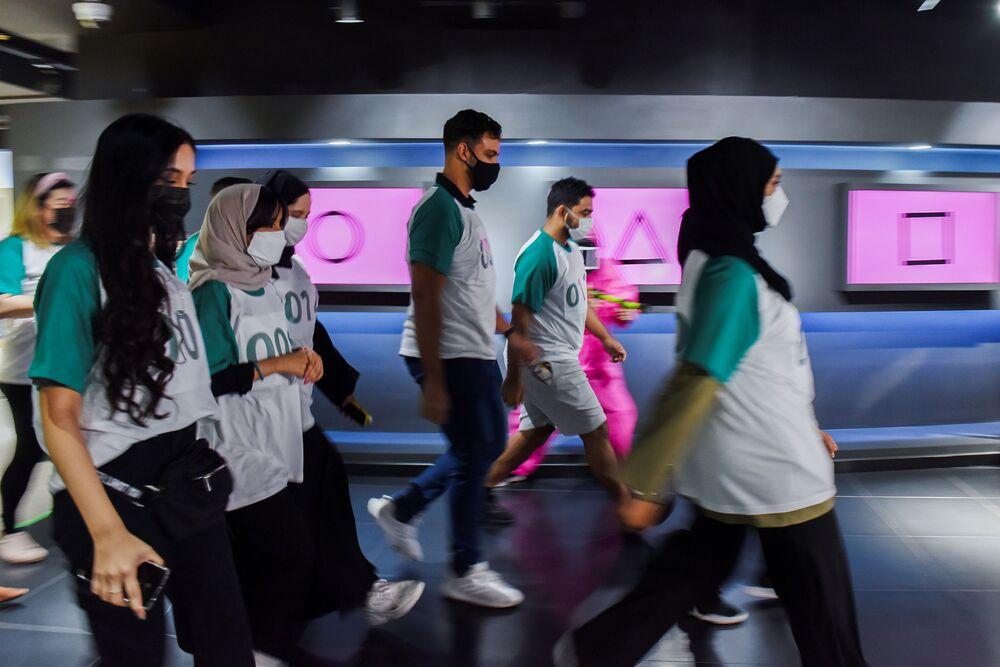 المشاركون في لعبة الحبّار في المركز الكوري الجنوبي في أبو ظبي، الإمارات العربية المتحدة 12 أكتوبر 2021