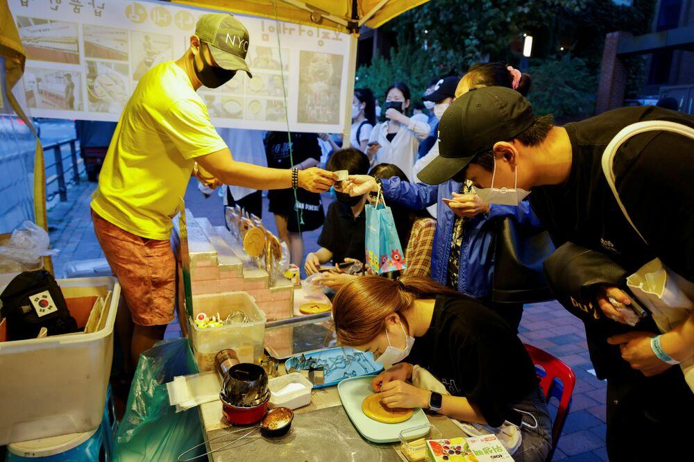 بائع حلوى البسكويت (Honeycomb) من طفولة الكوريين التي كانت ضمن مسلسل لعبة الحبّار (Squid Game) المعروض على شبكة نتفليكس، في أحد شوارع مدينة سيؤل، كوريا الجنوبية، 1 أكتوبر 2021.