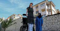 أطول امرأة في العالم، روميسا جيلجي، تقف مع والدتها صفية جيلجي، خلال مؤتمر صحفي خارج منزلهم في سافرانبولو، مقاطعة كارابوك، تركيا، 14 أكتوبر 2021.