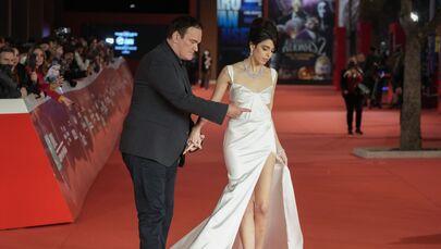 المخرج كوينتين تارانتينو، وزوجته دانييلا بيك يقفان على السجادة الحمراء في حفل توزيع جوائز Lifetime Achievement في مهرجان روما السينمائي بنسخته الـ16، روما ، 19 أكتوبر 2021.