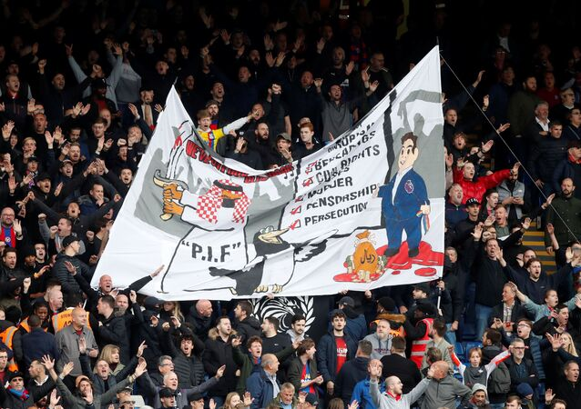 بعض مشجعي كريستال بالاس يرفعون لافتة عنصرية ضد السعودية، بعد الاستحواذ على نادي نيوكاسل يونايتد