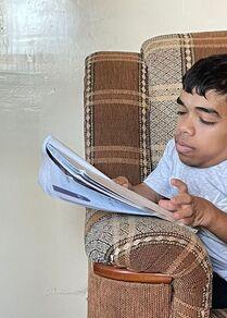 عبد الله عصيدة يتحدى الإعاقة ويتفوق في التعليم على كرسيه المتحرك