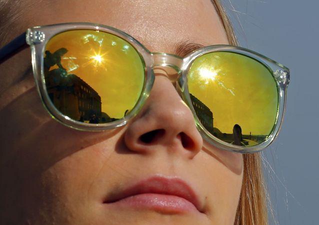 فتاة تراقب كسوف الشمس في العاصمة المجرية بودابست