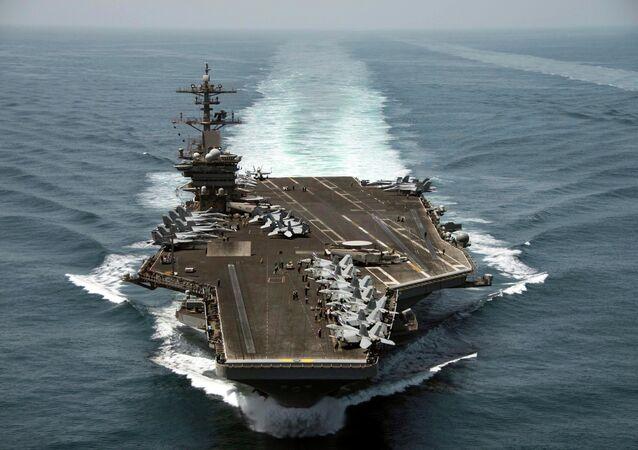 حاملة طائرات أمريكية