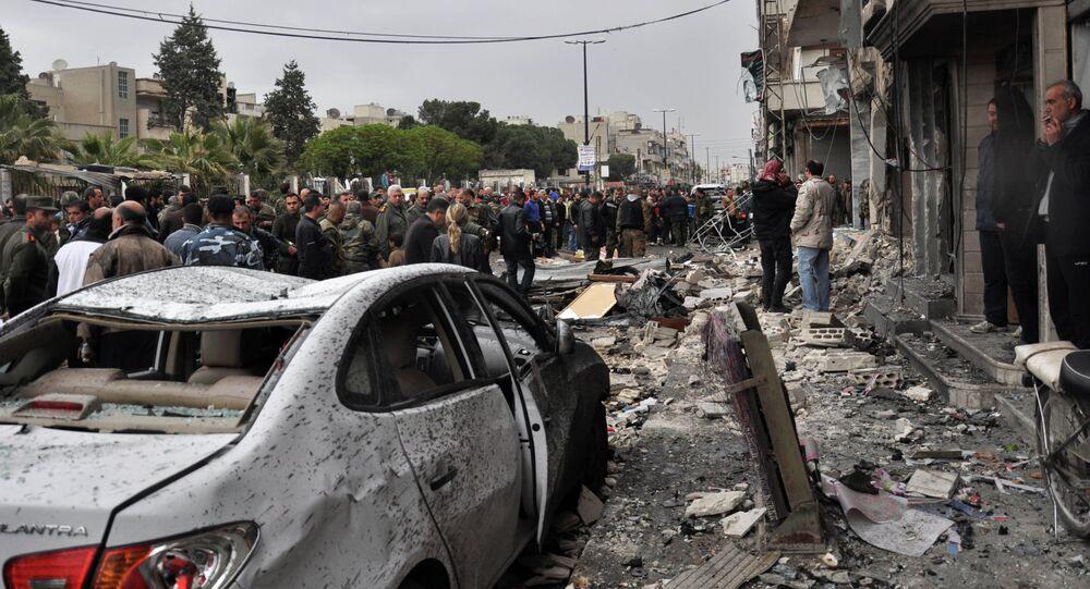 سوريون يتفقدون موقع الانفجار