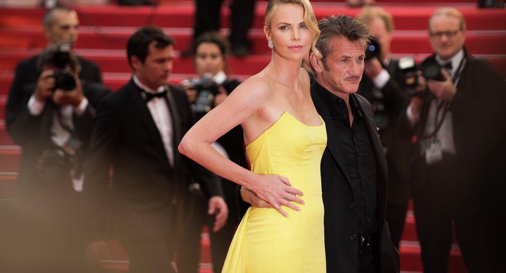 النجمة تشارليز ثيرون والنجم شون بن يصلا إلى السجادة الحمراء لمشاهدة عرض الفيلم ماكس المجنون (طريق الغضب) في المهرجان السينمائي الدولي الـ68، كان، جنوب فرنسا.