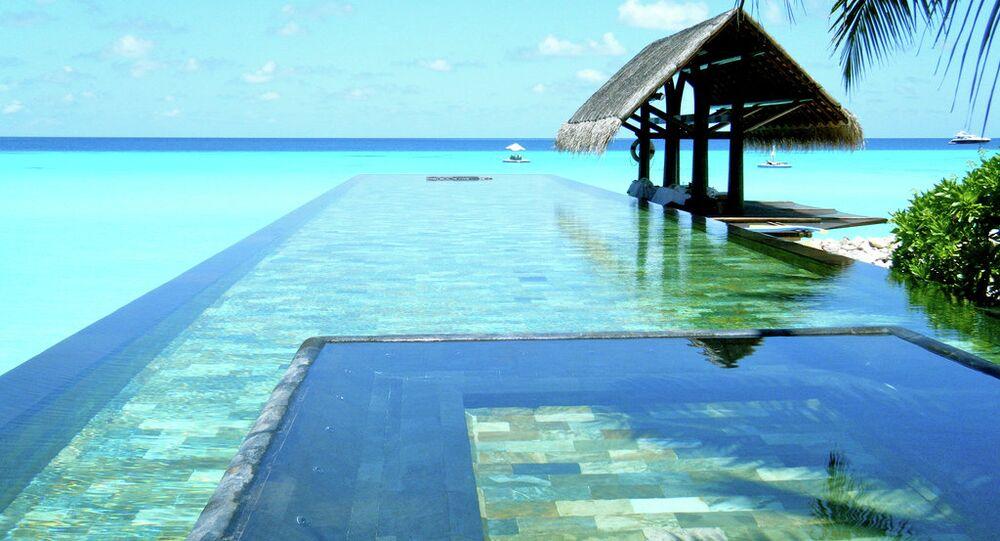 مسبح داخل منتجع فى المالديف.