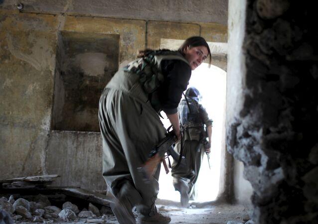 مقاتلة كردية فى إحدى المناطق المحررة فى جبل سنجار شمال العراق