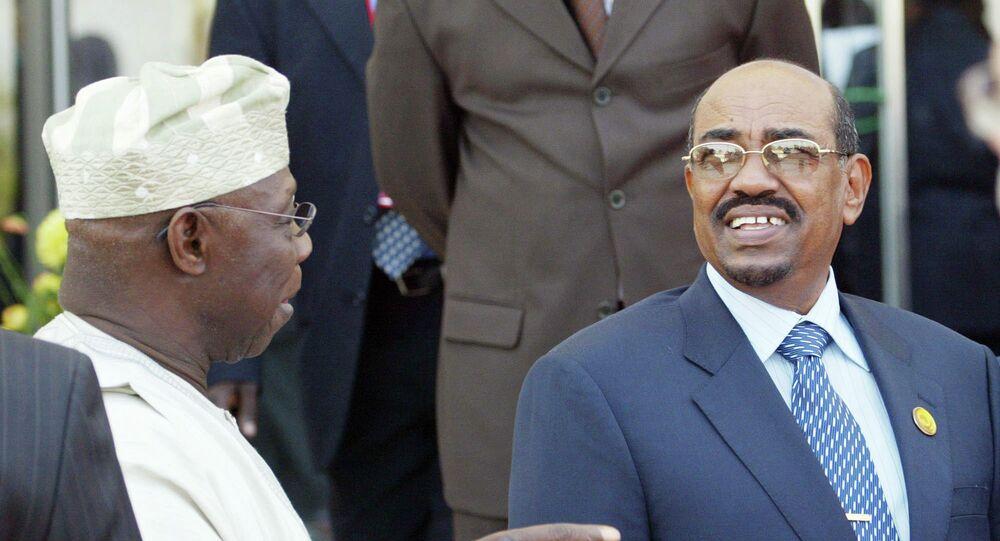 الرئيس السوداني عمر البشير يرقص بالعصا
