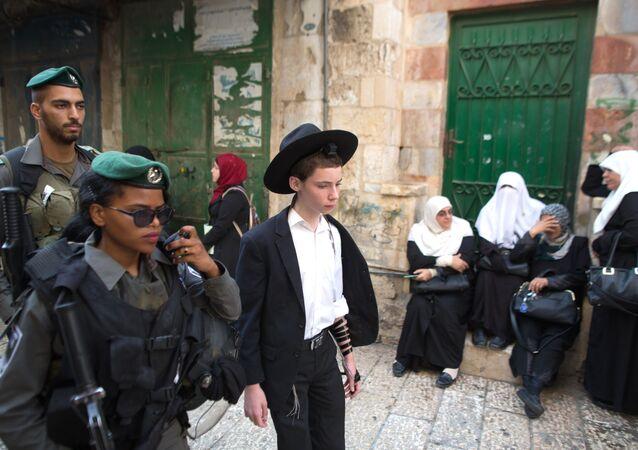 المستوطنون اليهود يقتحمون الأقصى بحراسة الشرطة