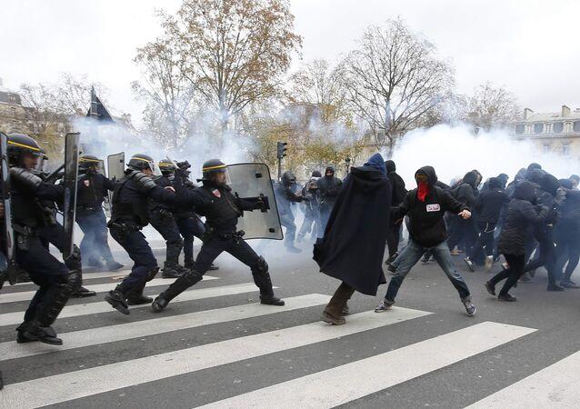 اشتباكات مع المتظاهرين في باريس قبل انعقاد القمة المناخية