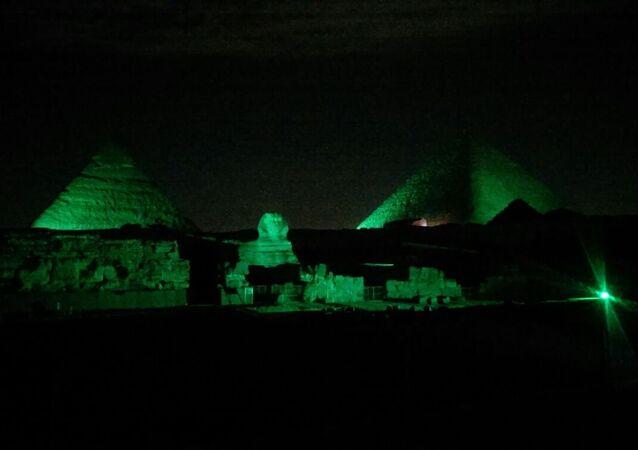 أهرامات الجيزة باللون الأخضر