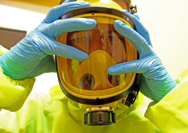 طبيب يستعد لعلاج مصابين بفيروس إيبولا