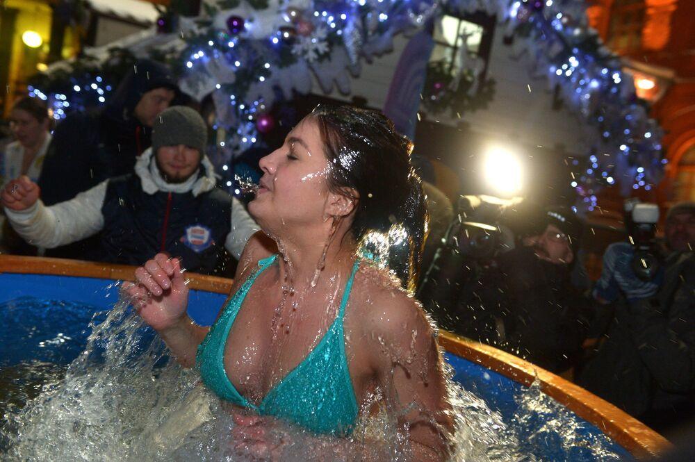 الغطس في مياه باردة بمناسبة عيد الغطاس فس وسط العاصمة موسكو.