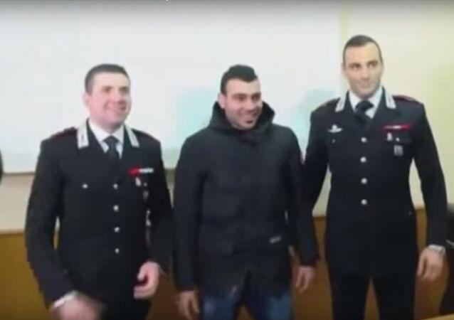 موسى مع اثنين من ضباط الشرطة الإيطالية