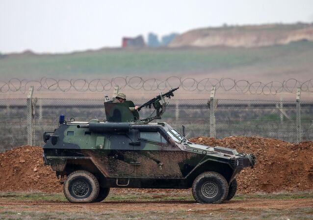 سيارة عسكرية على الحدود التركية السورية