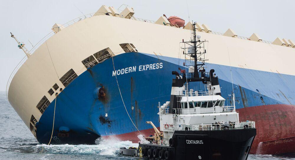 سحب سفينة شحن غارقة موديرن إكسبرس على طول سواحل فرنسا، 1 فبراير/ شباط 2016.