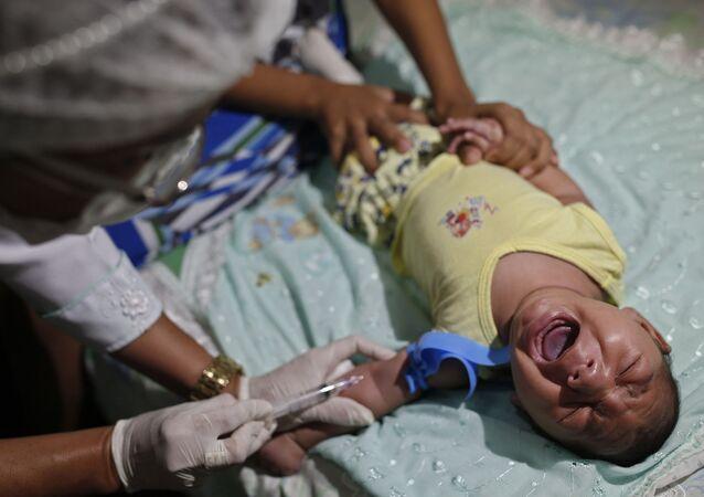 طبيب يأخذ عينة دم من طفل (ثلاثة شهور)  برازيلي مصاب بـ صغر الرأس، ليتم فحصها والتأكد من أن فيروس زيكا هو وراء هذا المرض/ 23 فبراير/ شباط 2016.