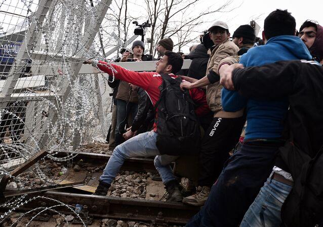 المهاجرون يحاولون كسر الحاجز على الحدود اليونانية-المقدونية ويطالبون بفتح مخيم في القرية إدوميني في اليونان، والقريبة من الحدود، 29 فبراير/ شباط 2016.