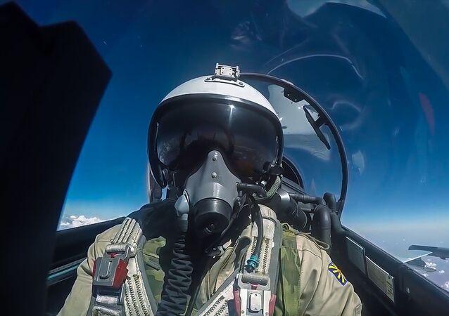 طيار القوات الجوية-الفضائية الروسية خلال تنفيذ مهمته الجوية في سوريا.