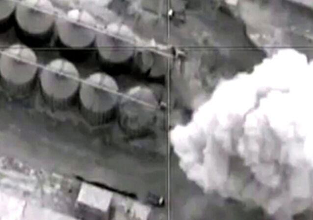 القوات الجوية-الفضائية الروسية تشن غارات دقيقة على مواقع الإرهابيي في محافظة خفسة كبير في سوريا.