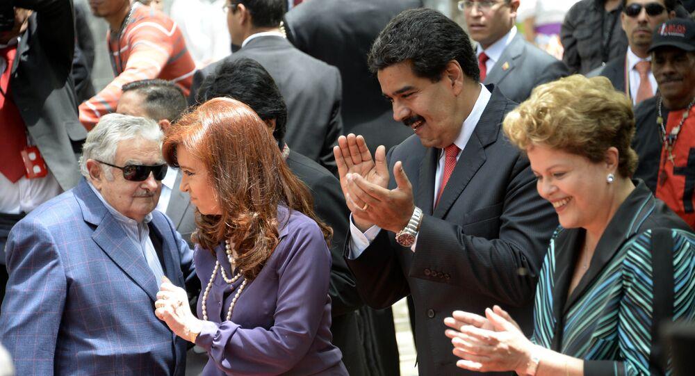 الرئيسة الأرجنتينية كريستينا كريتشنر ورئيس أوروغواي جوزي موجيكا ورئيس فنزويلا نيكولاس مودارو يرقصون بينما رئيسة البرازيل تصقف لهم، 29 يوليو/ تموز 2014.