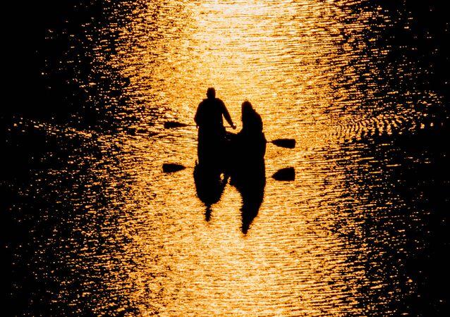 أشخاص داخل قارب كانوا على نهر بوتوماك بواشنطن، 3 ابريل/ نيسان 2016.