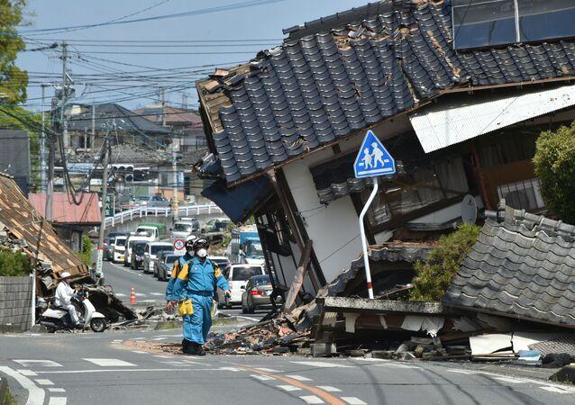 الشرطة تبحث عن ناجين بعد زلزال ضرب جنوب اليابان، 17 أبريل/ نيسان 2016.