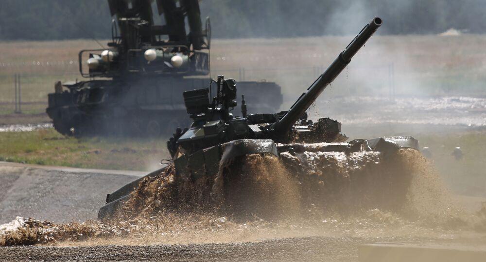 الدبابة الأسطورية تي-90 خلال العرض العسكري الدولي بالقاعدة جوكوفسكي، عام 2012 بمقاطعة موسكو.
