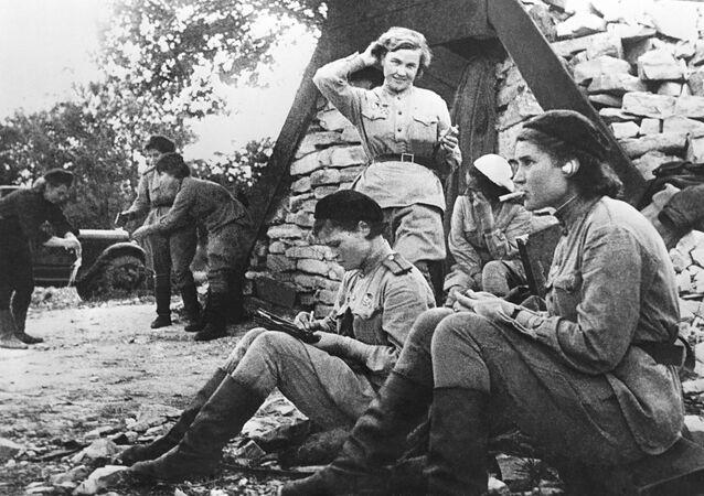 الطيارات الروسيات من كتيبة رقم 46 التابعة للقوات الجوية السوفيتية. من اليسار إلى اليمين، الحاصلات على وسام بطل الاتحاد السوفيتي - إيرينا سيبروفا، فيرا بيليك، ناديجدا بوبوفا.23 فبراير/ شباط 1945