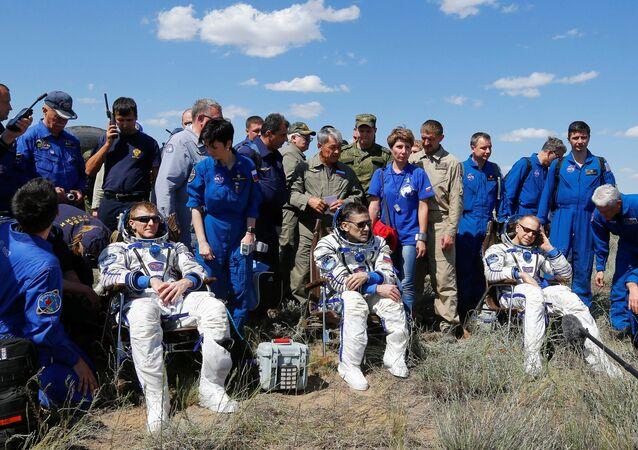 رواد الفضاء - تيموتي بيك، يوري مالينتشينكو و تيموتي كوبر/ بعد هبوطهم من مركبة سويوزТМА-19М في كازاخستان، 18 يونيو/ حزيران 2016.